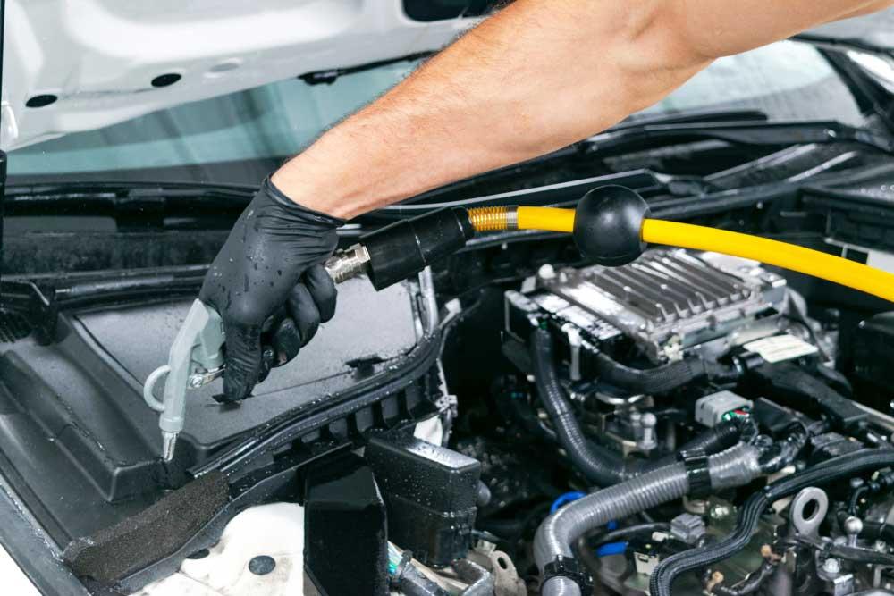 Keringkan mesin mobil dengan kompresor angin